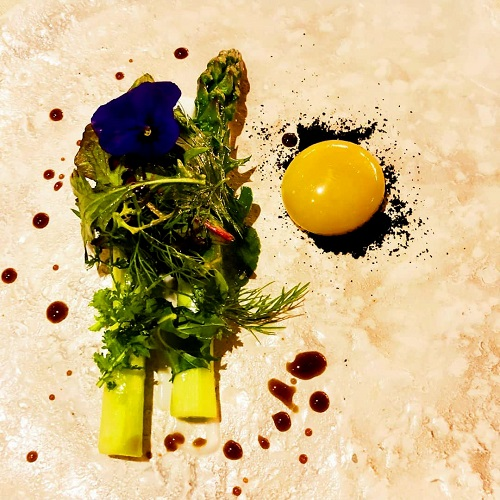 Asparagus-of-the-Euganean-spas-and-egg-marinated-in-strike-beer-and-spicy-herbs